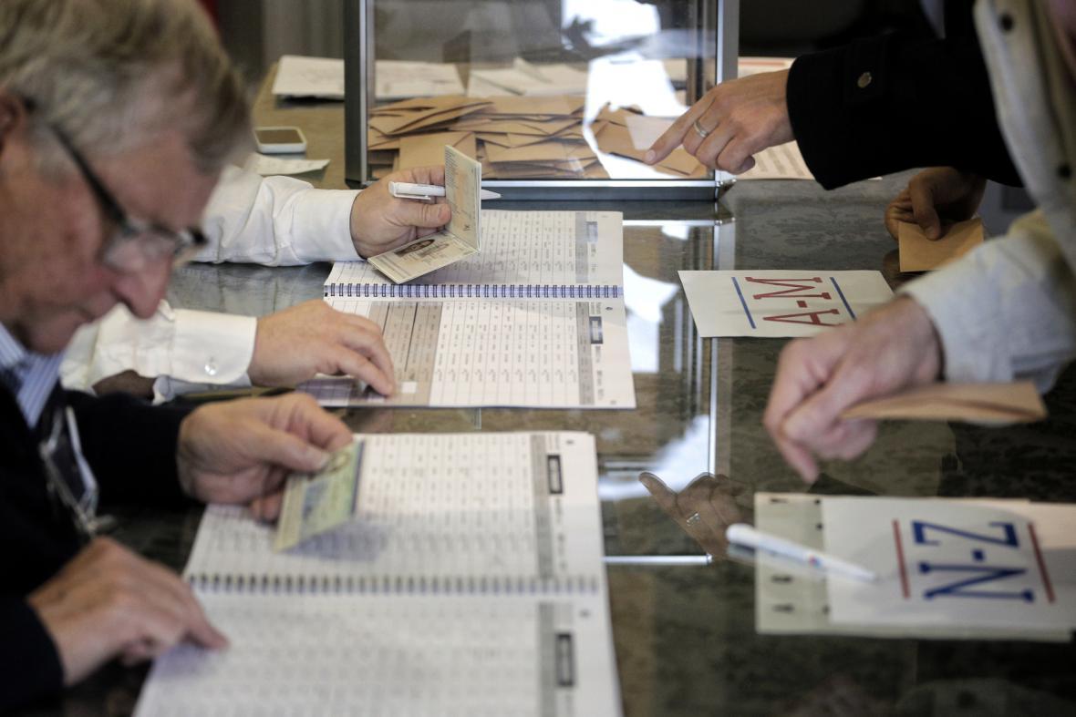 Uzavření volebních místností se kvůli frontám protáhlo až o hodinu