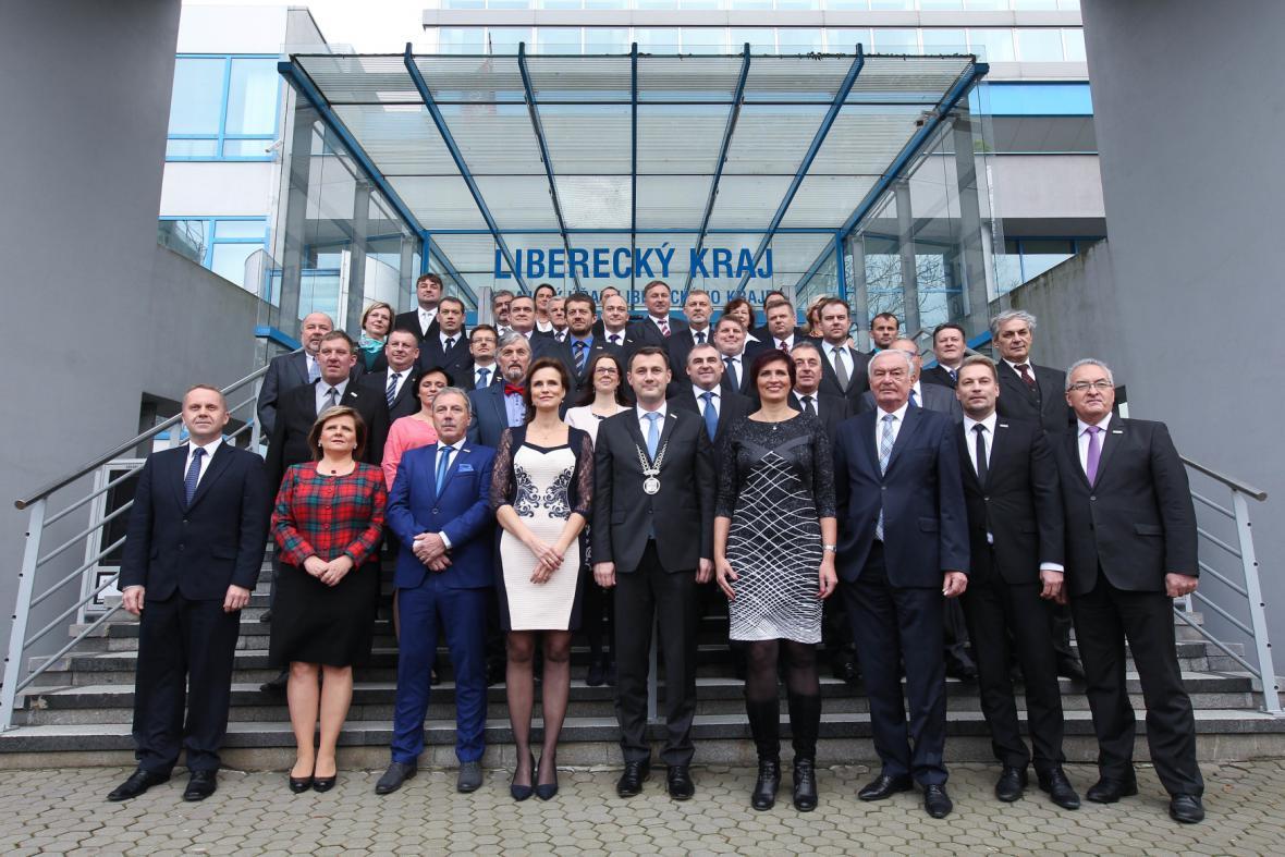 Společná fotografie zastupitelů Libereckého kraje na ustavujícím zasedání