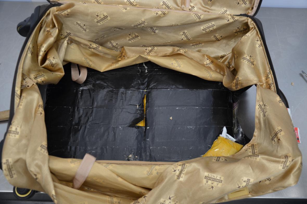 Celníci nalezli v kufru cizince 9 kilogramů heroinu