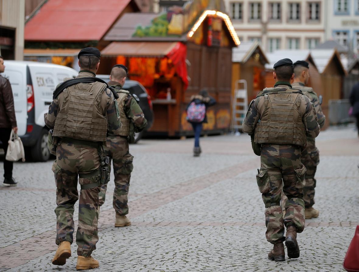 Vojáci střeží katedrálu ve Štrasburku