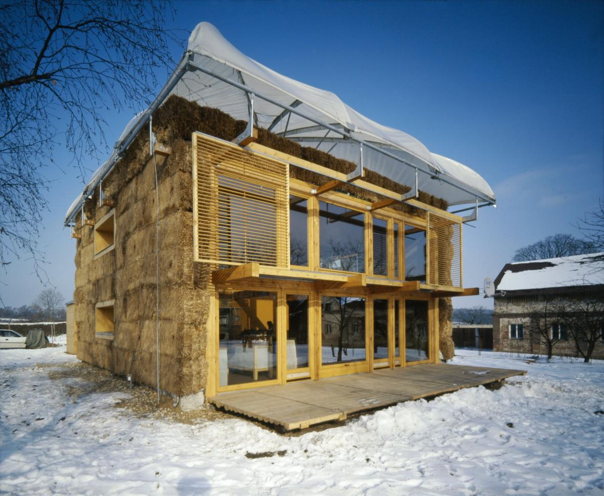 Dům v kožichu a s deštníkem, Mladá Boleslav-Michalovice, 2003 (architekt: Petr Suske)