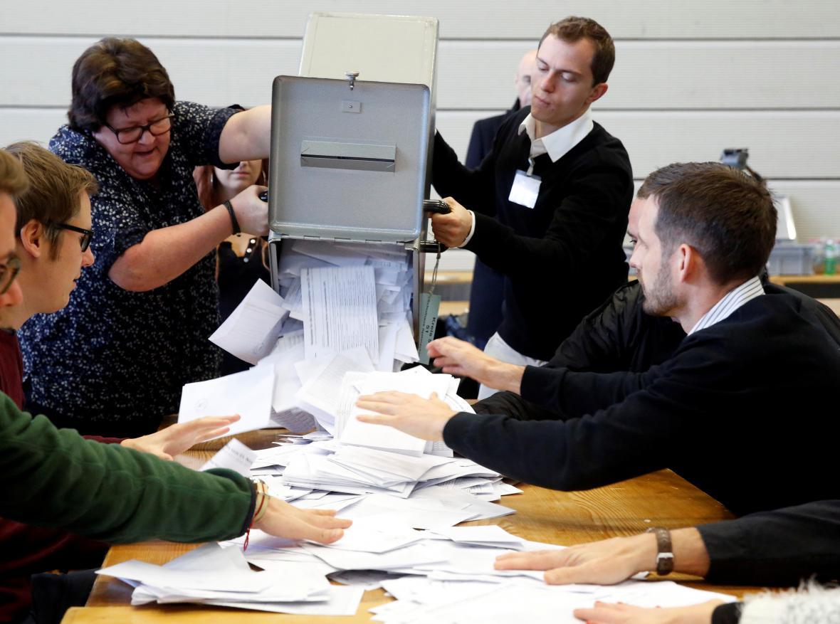 Sčítání hlasů po referendu v Bernu