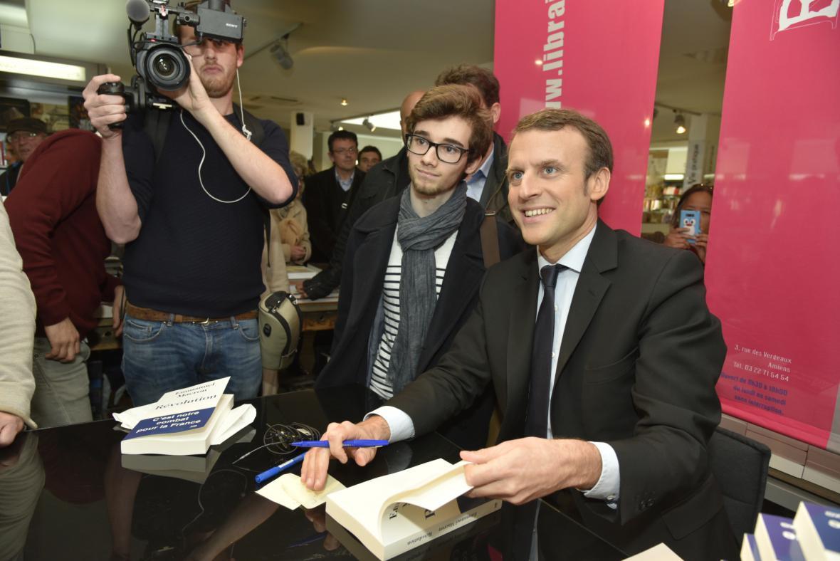 Emmanuel Macron na autogramiádě své nové knihy