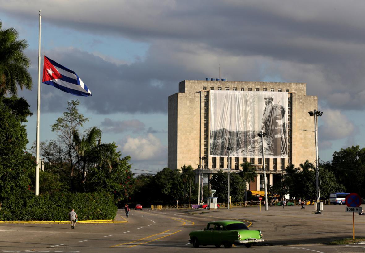 Castrův portrét na budově kubánské národní knihovny v Havaně