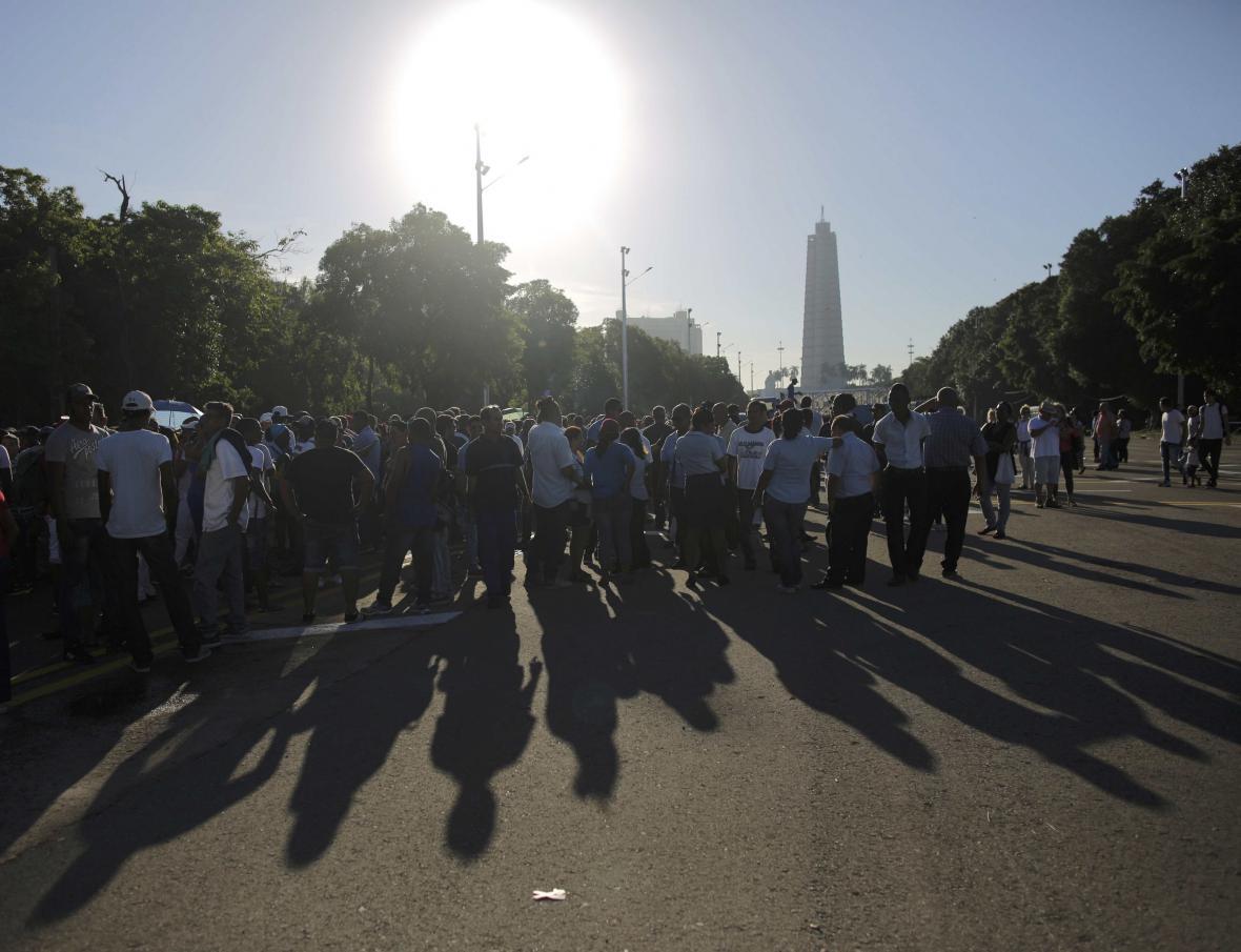 Před monumentem v Havaně čekají davy lidí