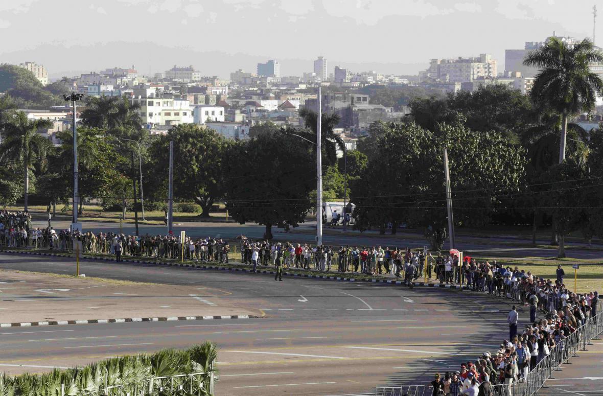 Fronta před památníkem v Havaně