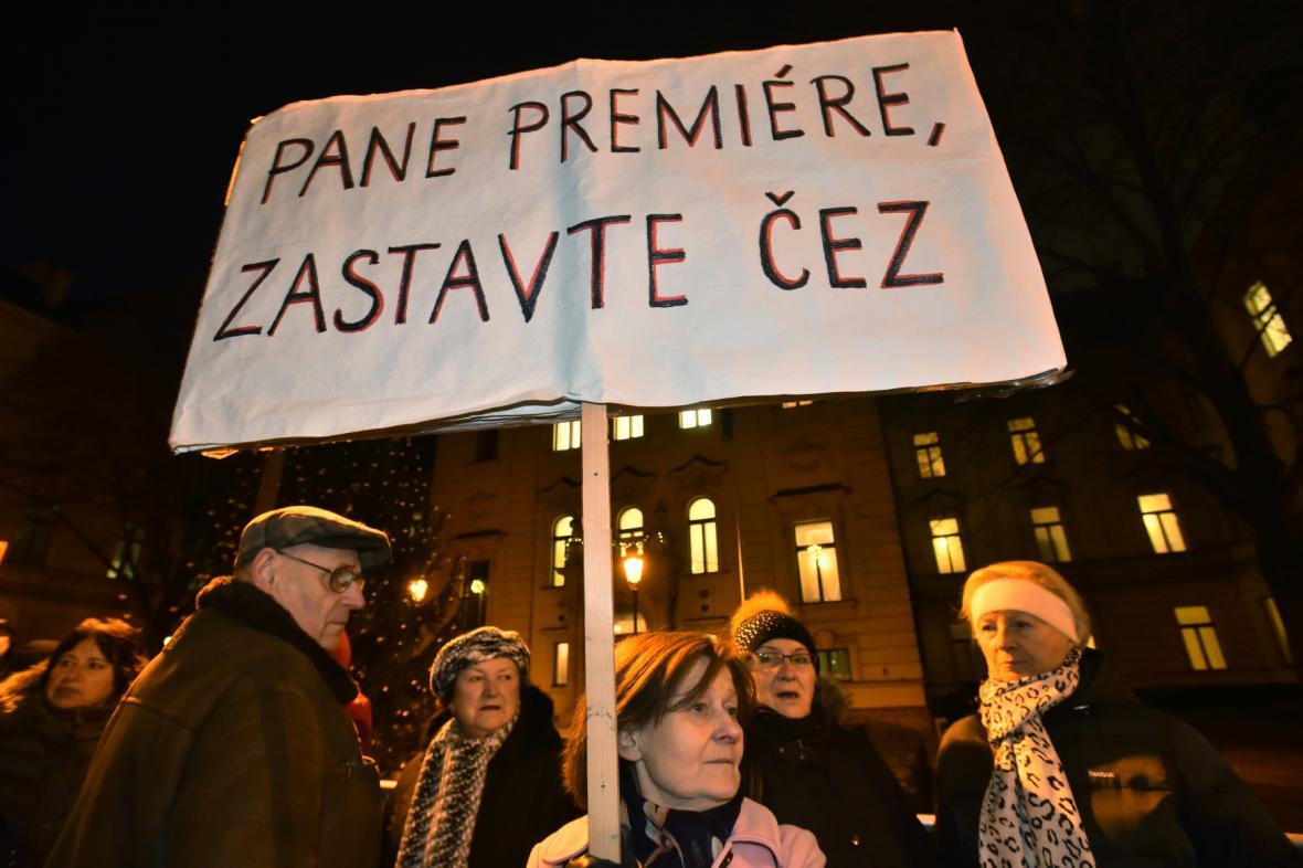 Obyvatelé sídliště Písnice a bytového domu Bělocerkevská, kteří nesouhlasí s prodejem bytů patřících ČEZu, demonstrovali před Úřadem vlády