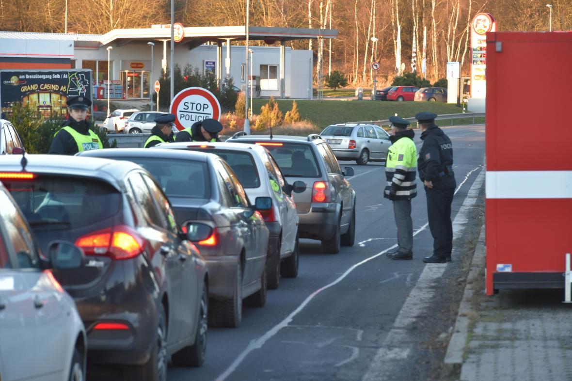 Policie kontroluje řidiče na hranicích