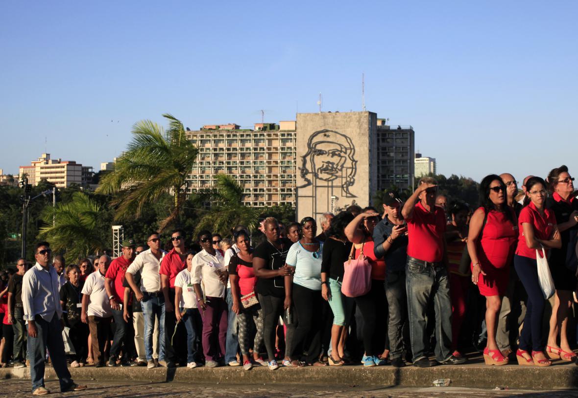Lidé stojí frontu, aby se rozloučili s Fidelem Castrem