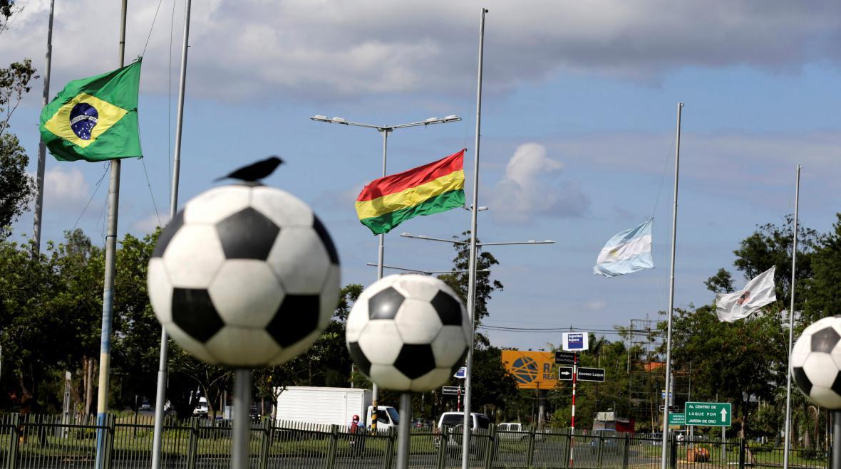 Vlajky před sídlem Jihoamerické fotbalové asociace