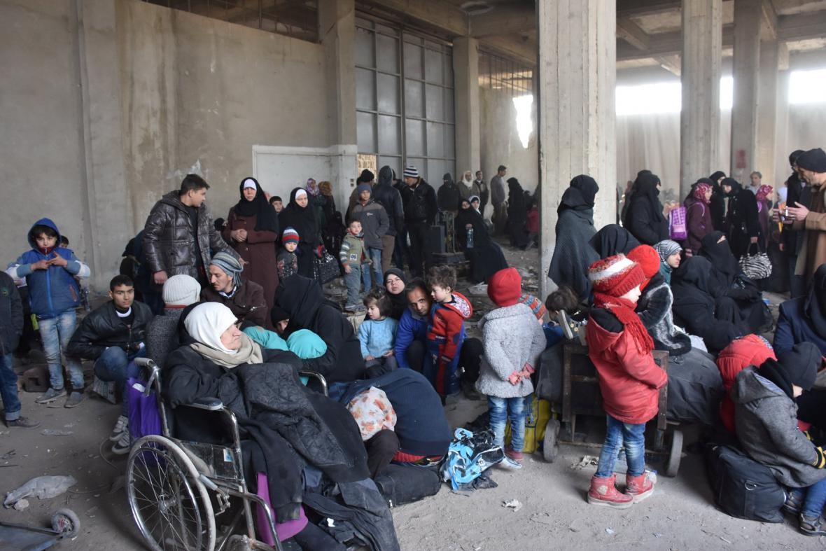 Lidé opouštějí východní Aleppo
