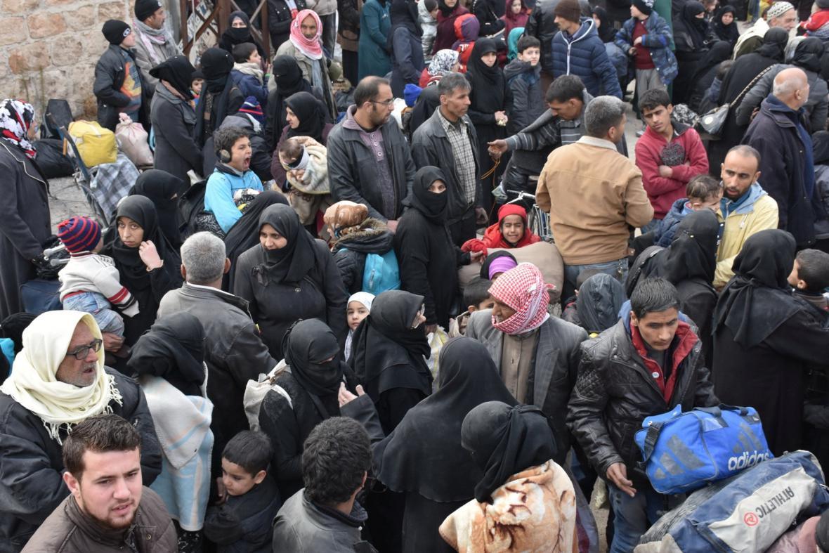 Civilisté prchají z východního Aleppa
