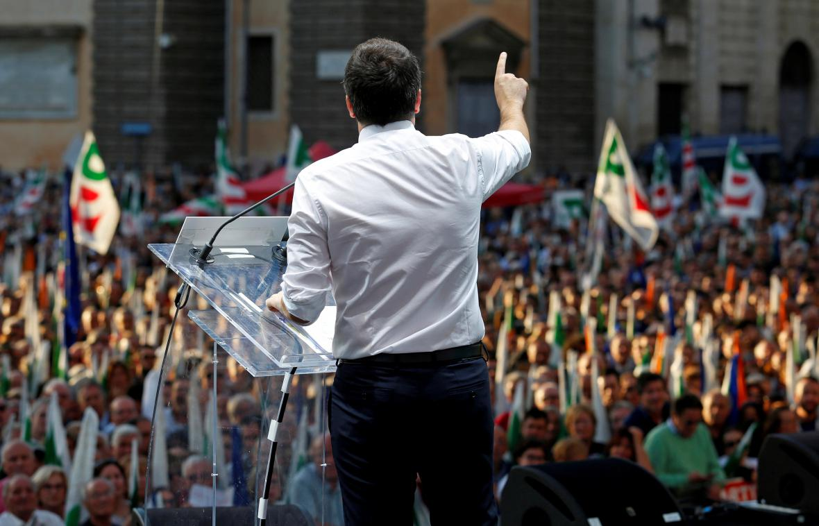 Italský premiér Matteo Renzi hovoří k příznivcům ústavních změn