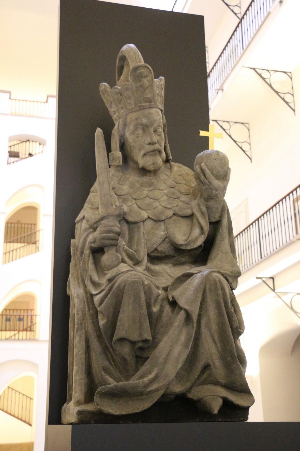 Kopie sochy Karla IV. ze Staroměstské mostecké věže