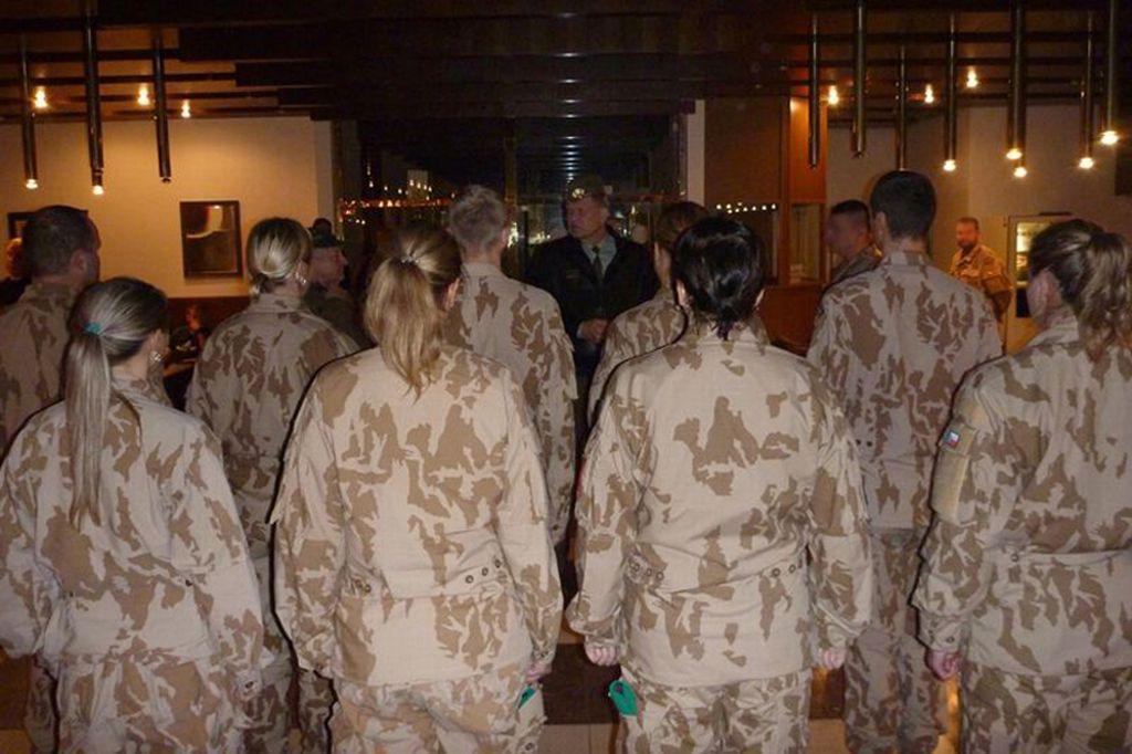 Náčelník generálního štábu Josef Bečvář hovoří s vojáky před odletem do Iráku