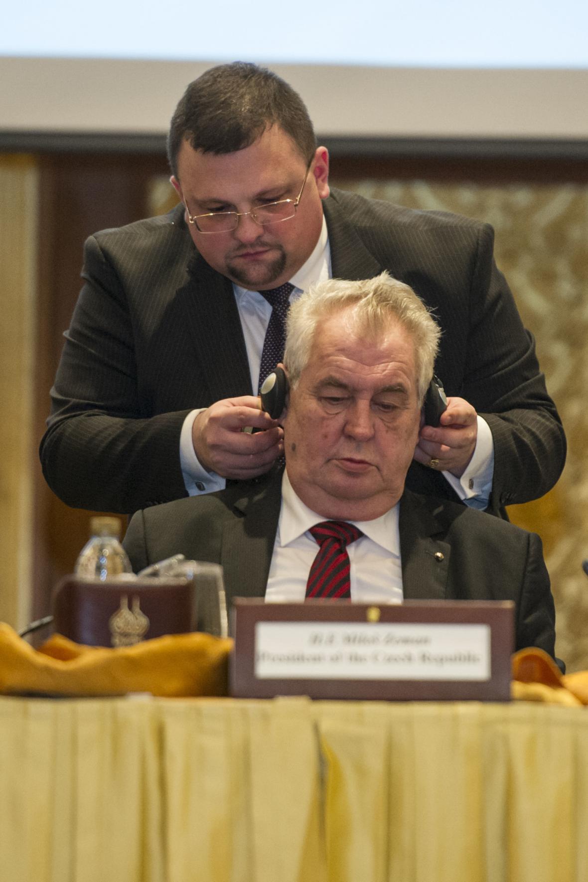 Jindřich Forejt nasazuje sluchátka prezidentu Miloši Zemanovi