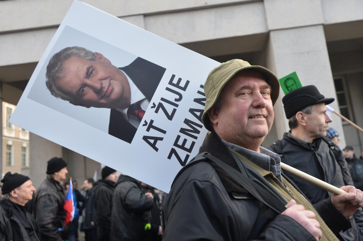 Demonstrace na podporu prezidenta Miloše Zemana na Albertově, 17. 11. 2015