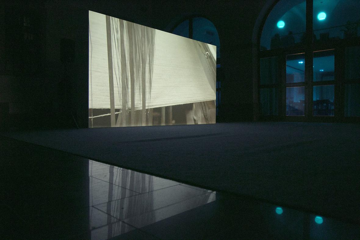Instalace soutěžní sekce Jiné vize 2015 v atriu Konviktu
