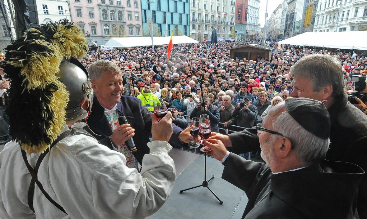 Akcí na náměstí Svobody se účastní stovky lidí