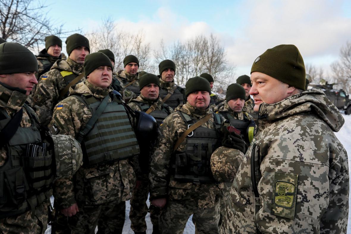 Porošenko při návštěvě vojáků na východě Ukrajiny