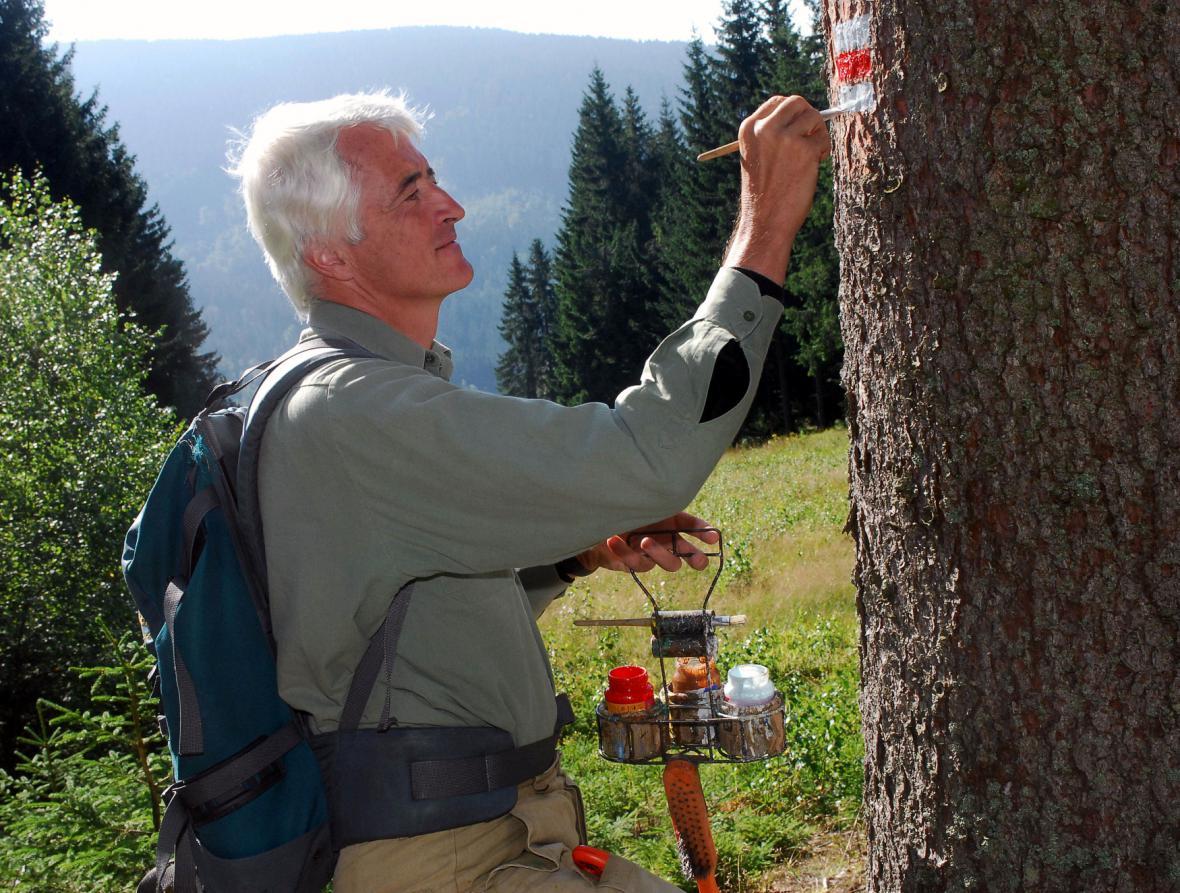 Karel Markvart z KČT při obnově značek na Šumavě (archivní foto z roku 2008)