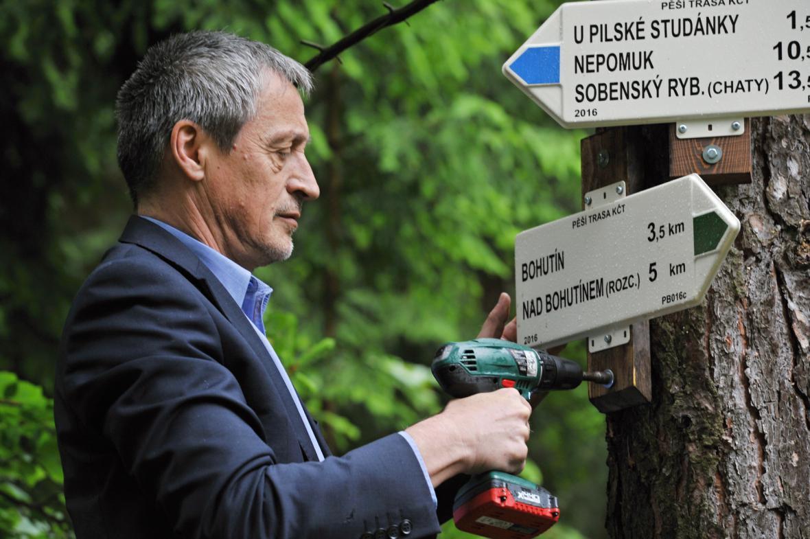 Ministr obrany Martin Stropnický osadil v červnu 2016 první turistický rozcestník v Brdech