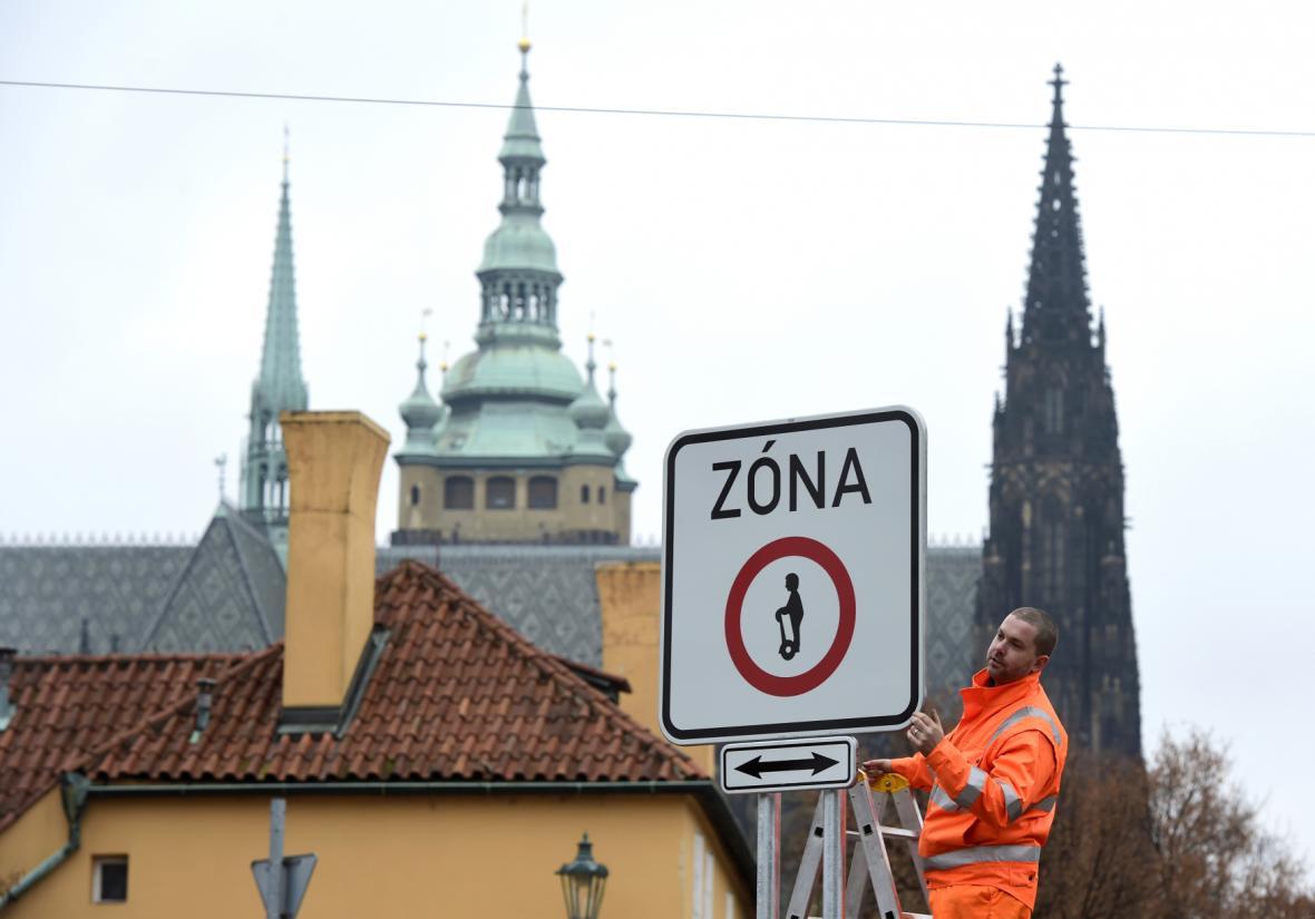 Cedule zakazující vjezd vozítek segway