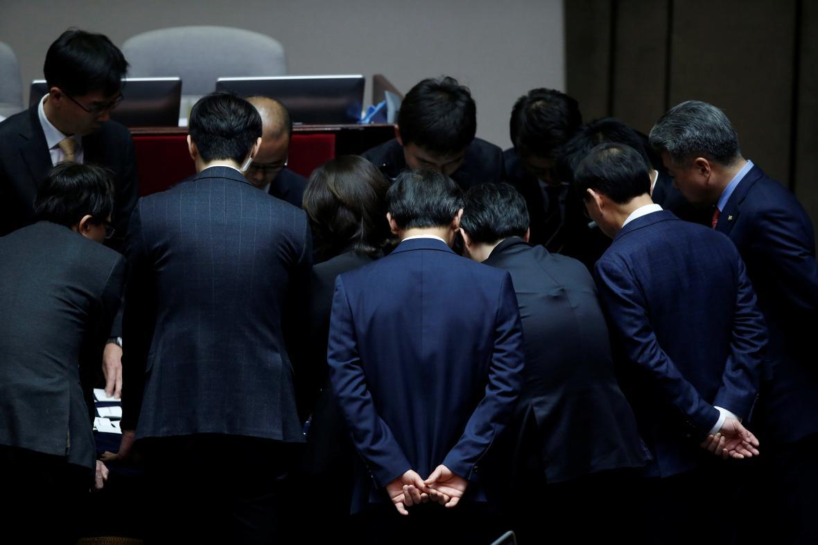 Korejští zákonodárci počítají výsledek hlasování o odvolání prezidentky