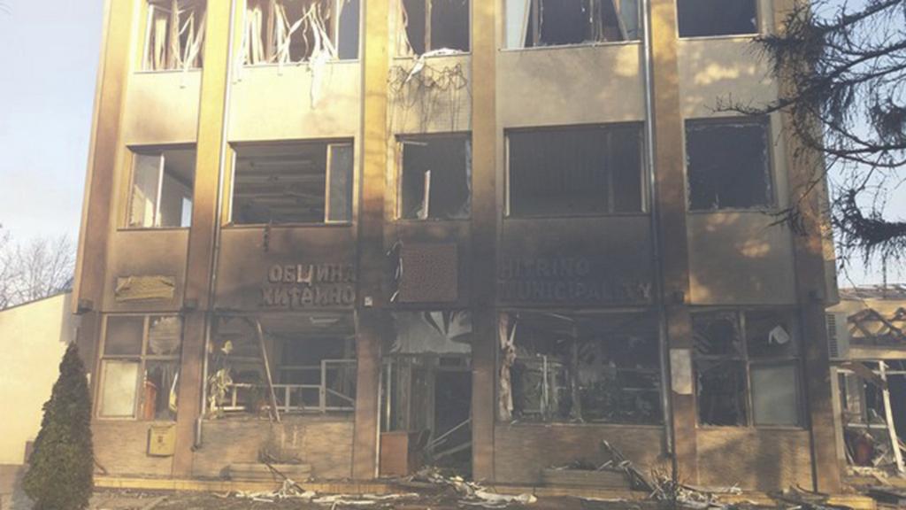Jedna z budov poškozených explozí