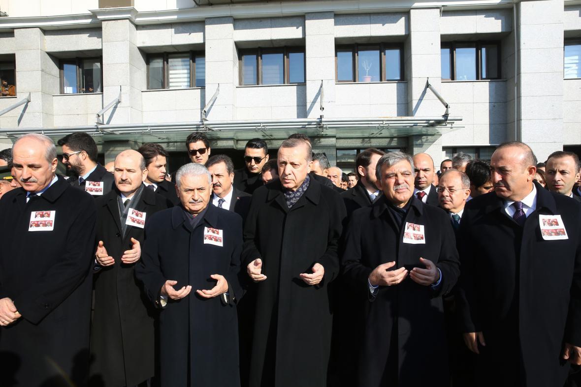 Turecká vláda uctila památku obětí (prezident Erdogan uprostřed)