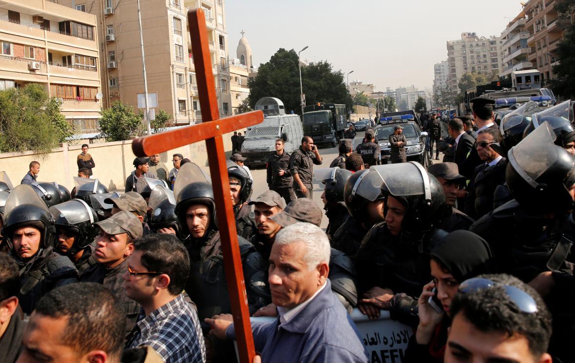 Protest před kostelem v Káhiře