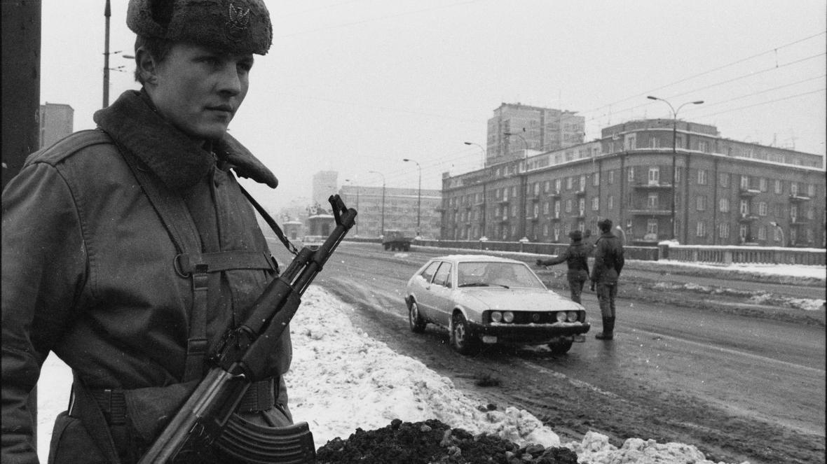Kontrola na mostě ve Varšavě v roce 1981