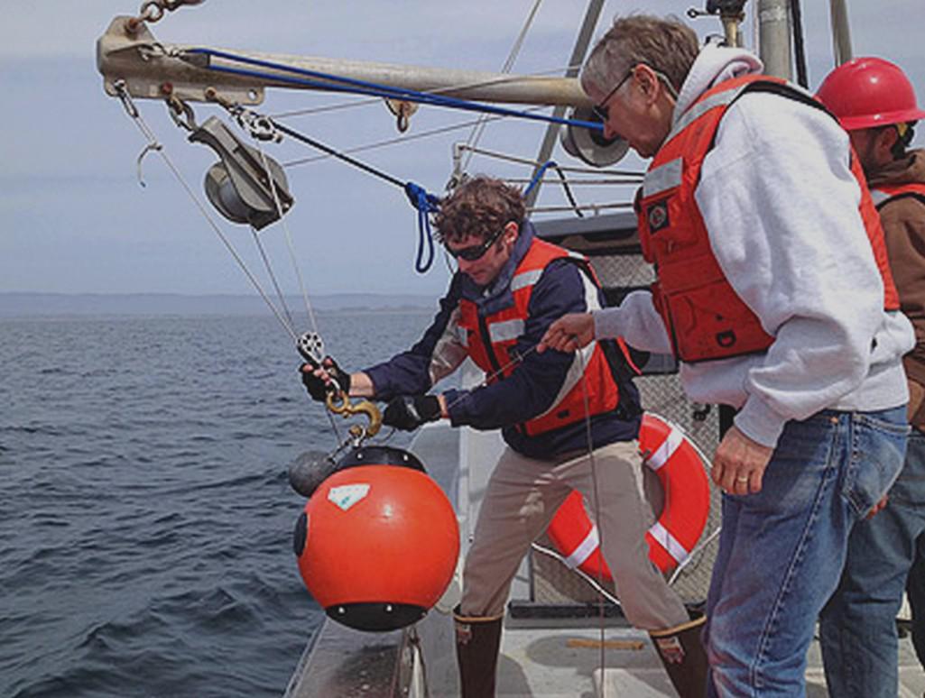 Výzkumníci s bentickým detektorem pohybu (BED)