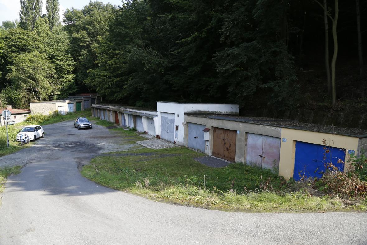 Garáže ve Střekově, kde muž věznil chlapce a dívku