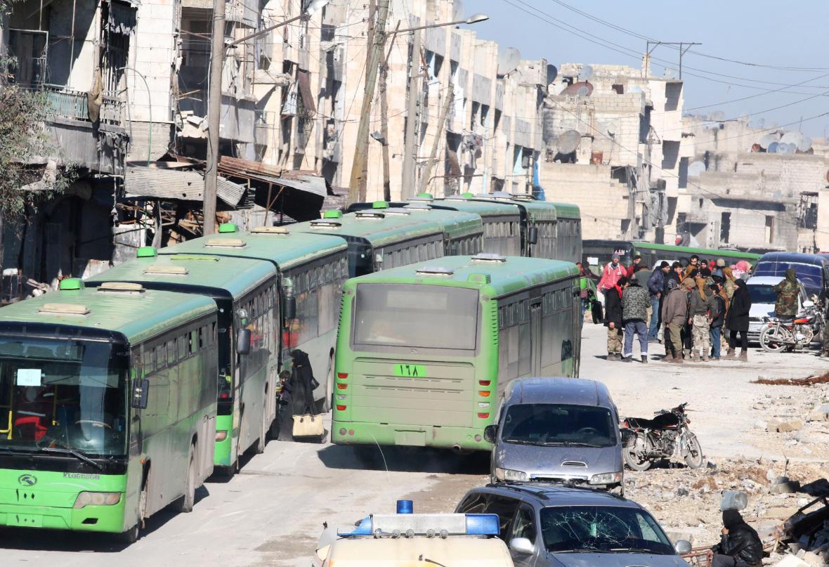 Autobusy pro evakuaci lidí z Aleppa