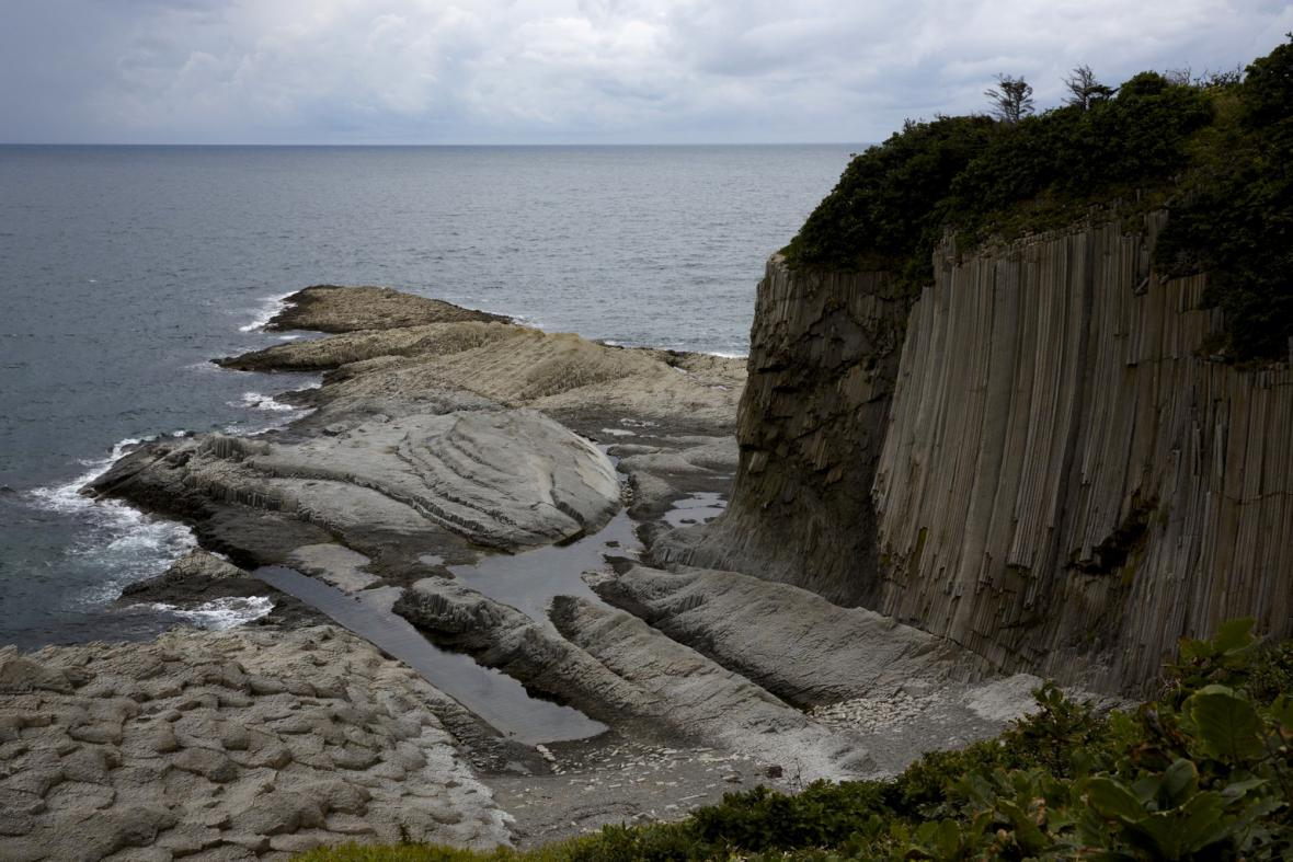 Pobřeží Ochotského moře v Južno-Kurilsku na ostrově Kunašir