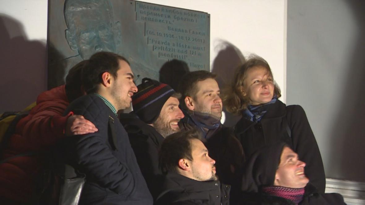 Lidé v Kyjevě u plakety na bulváru Václava Havla