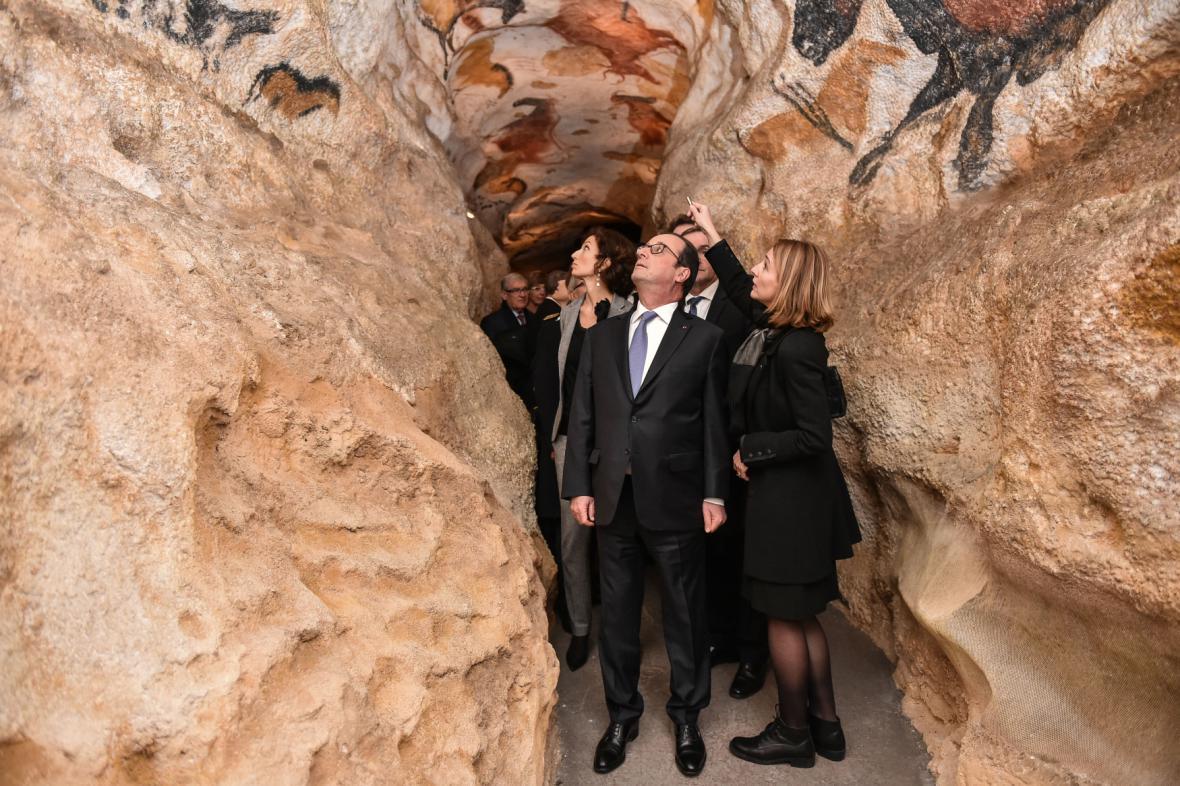 Francouzský prezident v replice jeskyně Lascaux