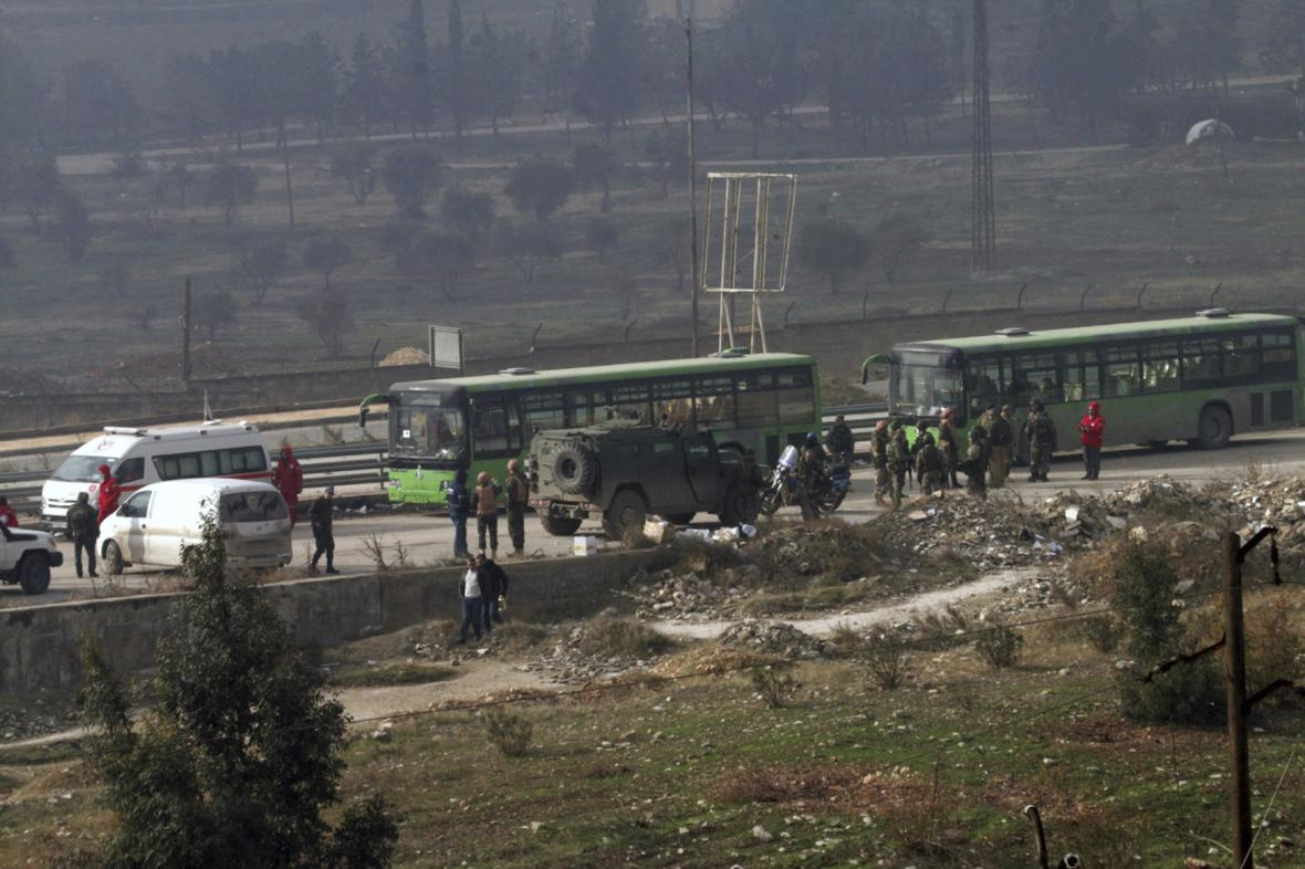 Autobusy evakuují východní Aleppo
