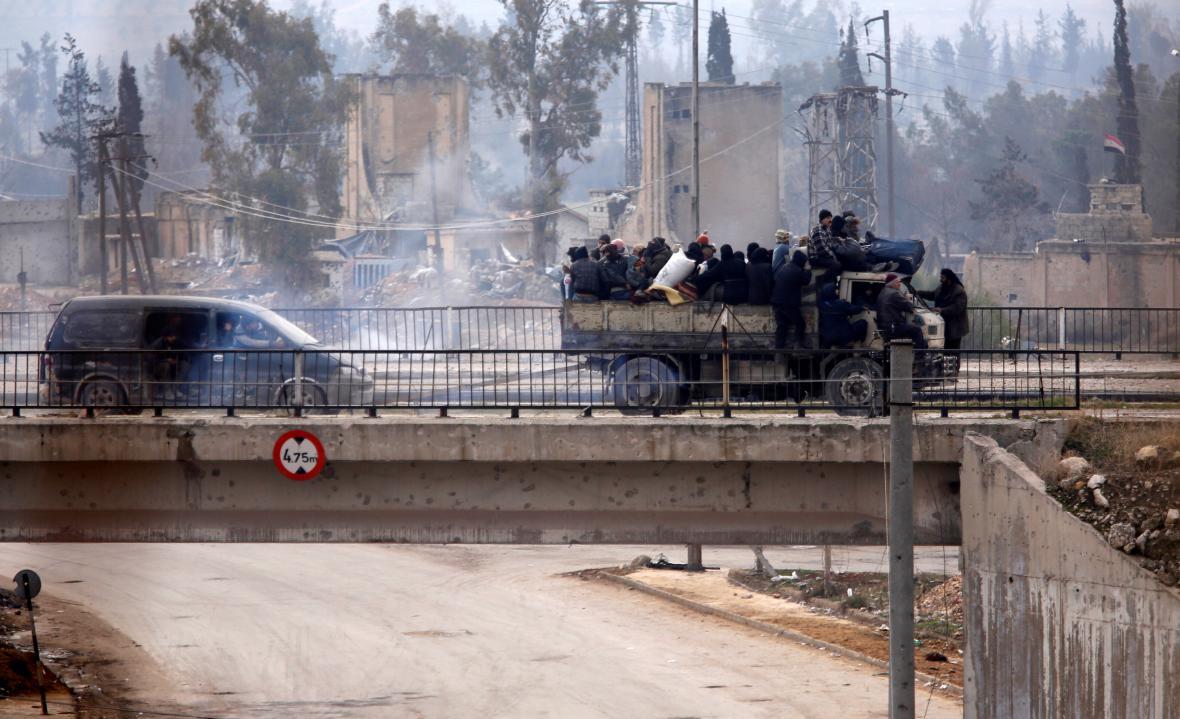 Auta z evakuovanými z východního Aleppa projíždějí vládou drženými oblastmi