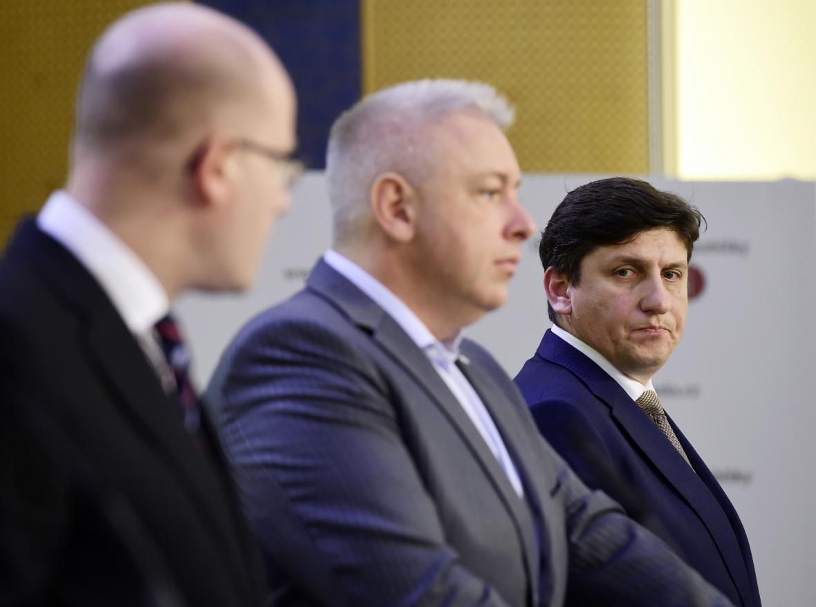 Premiér Bohuslav Sobotka, ministr vnitra Milan Chovanec a ředitel České pošty Martin Elkán