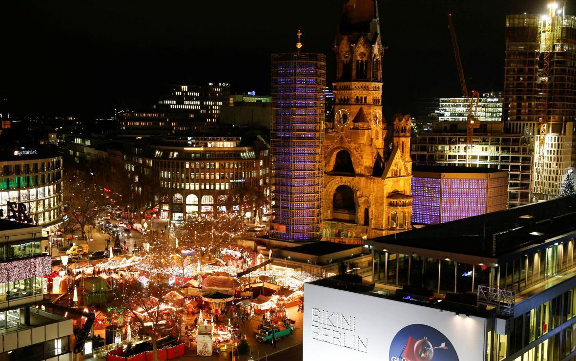 Vánoční trh u Pamětního kostela císaře Viléma