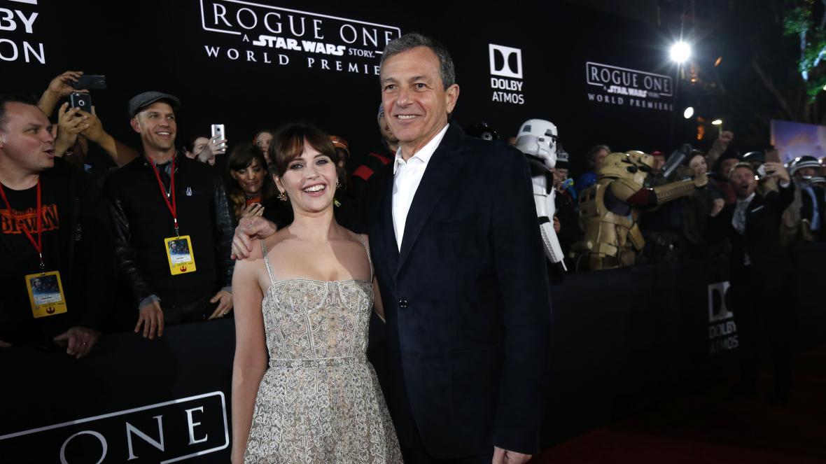 Bob Iger s Felicity Jonesovou na světové premiéře posledního filmu ze světa Star Wars - Rogue One