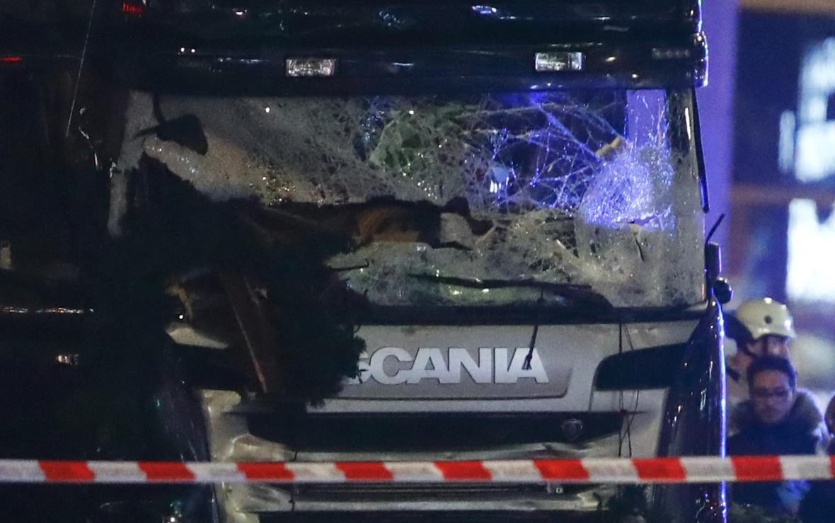 Čelní sklo kamionu, který vjel do vánočního trhu v Berlíně