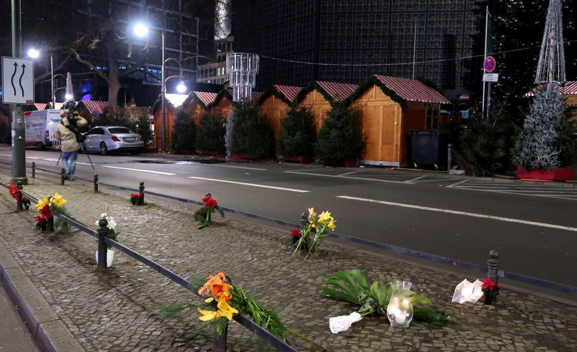 Květiny a svíčky blízko místa útoku