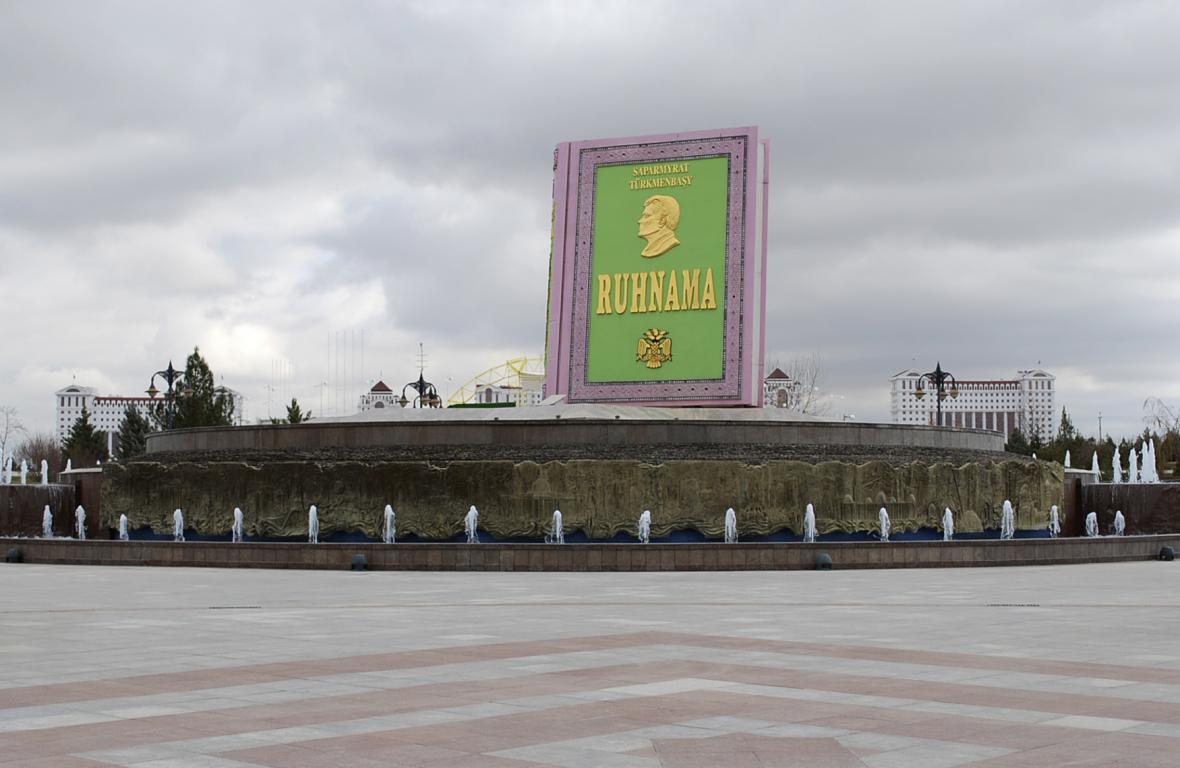 Socha knihy Ruchnama v Ašchabatu. Spirituální dílo exprezidenta Nijazova bylo v Turkmenistánu povinnou četbou