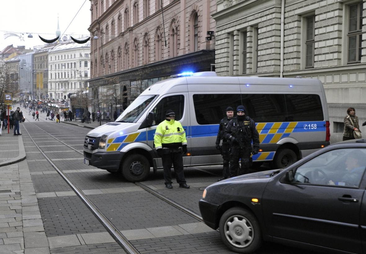 Policie zatarasila vjezd na vánoční trhy z Rašínovy ulice na náměstí Svobody