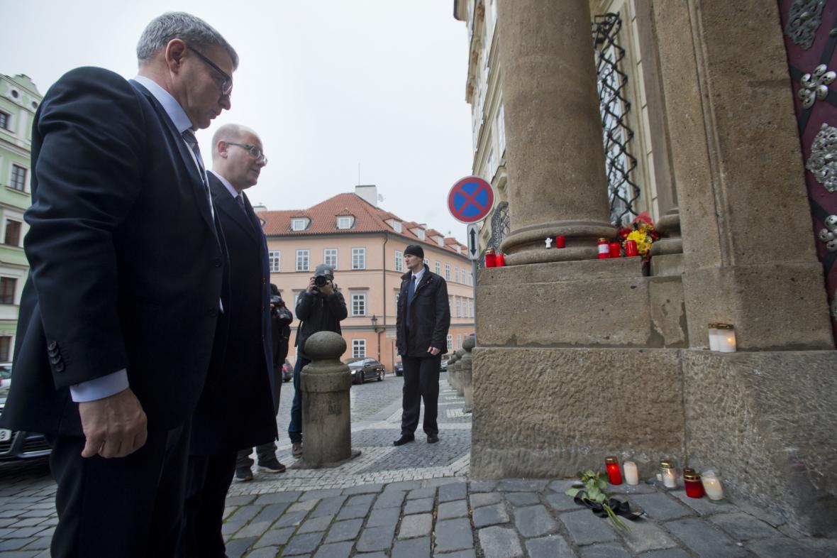 Bohuslav Sobotka a Lubomír Zaorálek před německou ambasádou