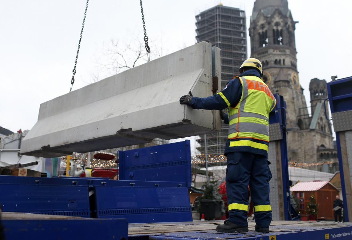 Kolem vánočního trhu v Berlíně rostou bariéry