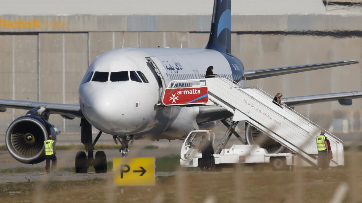 Rukojmí opouští unesený libyjský letoun na maltském letišti
